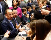 Arabia Saudí prometió el jueves no agitar los mercados petroleros al comienzo de un acalorado debate de la OPEP sobre su política de producción, mientras que Irán insistió en su derecho a elevar abruptamente sus niveles de bombeo. En la imagen, el ministro saudí de petróleo, Khalid al-Falih  (izquierda) habla con periodistas antes de la reunión de la OPEP en Viena, el 2 de junio de 2016.   REUTERS/Leonhard Foeger