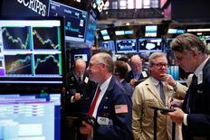 Operadores trabajando en la Bolsa de Nueva York, Estados Unidos. 1 de junio de 2016. Wall Street abrió el jueves a la baja, afectado por las acciones de Apple y la caída de los títulos de las empresas de energía ante el descenso de los precios del petróleo. REUTERS/Lucas Jackson