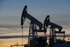 Насосы-качалки на нефтяном месторождении Имилорское. Цены на нефть снизились более чем на 1 процент в ходе торгов четверга после появления информации о том, что страны-члены ОПЕК по итогам сегодняшнего саммита не договорились об изменении существующей политики в отношении добычи. REUTERS/Sergei Karpukhin/Files