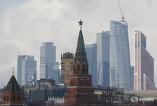 Вид на Кремль и деловой район в Москве 27 февраля 2016 года. Инвестирующие в акции РФ фонды получили скромный объем новых средств за неделю, завершившуюся 1 июня, на фоне возвращения интереса к рискованным активам после рекордного за 9 месяцев оттока, зафиксированного на предыдущей неделе, пишет Sberbank CIB со ссылкой на данные EPFR Global. REUTERS/Grigory Dukor