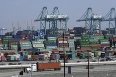 Cargadores y contenedores en el Puerto de Los Ángeles, California, Estados Unidos. 18 de febrero de  2015. El déficit comercial de Estados Unidos se amplió menos de lo previsto en abril gracias a que las exportaciones repuntaron con fuerza, lo que sugiere que el comercio sería un impulso para el crecimiento económico en el segundo trimestre del año. REUTERS/Bob Riha, Jr.
