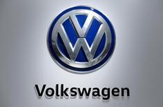 El logo de la automotora alemana Volkswagen, visto en una feria automotriz en Hanover, Alemania. 25 de abril de 2016. Volkswagen recibió la aprobación regulatoria para realizar arreglos técnicos en algunos modelos, dijo el viernes la automotriz, lo que significa que ahora podría llamar a revisión  más de 800.000 de los 8,5 millones de vehículos afectados por el escándalo de las emisiones de los modelos diésel. REUTERS/Wolfgang Rattay