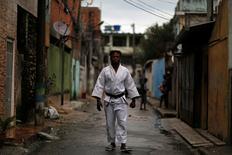 Judoca Popole Misenga, refugiado congolês no Rio, posa para foto perto de sua casa em favela carioca. 02/06/2016 REUTERS/Pilar Olivares