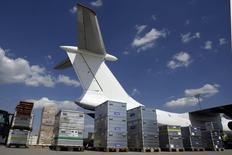Le groupe de négoce chinois Shanghai Yiqian Trading Company va acquérir pour plusieurs millions d'euros une participation de contrôle dans l'aéroport allemand de Francfort-Hahn. La transaction vient souligner l'intérêt croissant des investisseurs chinois pour le transport aérien. /Photo d'archives/REUTERS/Alex Grimm