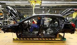 En la foto, un empleado en la planta de Mercedes Benz en Rastatt el 22 de enero de 2016. Los pedidos industriales alemanes cayeron más que lo previsto en abril debido a una menor demanda extranjera de bienes, mostraron datos publicados el lunes, lo que sugiere que la incertidumbre mundial dejó su huella en la mayor economía de Europa al inicio del segundo trimestre. REUTERS/Kai Pfaffenbach/File Photo