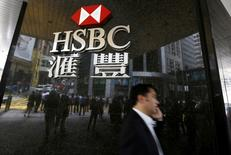"""Una hombre camina junto a una sucursal de HSBC, en el distrito financiero central de Hong Kong, China. 2 de junio de 2015. HSBC reestructurará su división de banca global para recortar costos y hacer el negocio más """"ágil"""", según un memorando interno visto el lunes por Reuters. REUTERS/Bobby Yip/File Photo"""