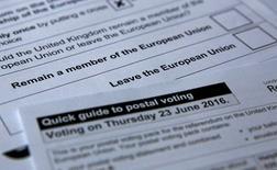 Почтовые бюллетени к референдуму 23 июня о членстве Британии в ЕС. Лондон, 1 июня 2016 года. Сторонников выхода Британии из ЕС оказалось на 4-5 процентных пунктов больше, чем желающих остаться в составе блока, за две с половиной недели до проведения референдума, показывают результаты онлайн-опросов ICM и YouGov. REUTERS/Russell Boyce