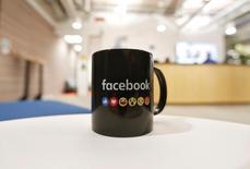 Les comptes Twitter et Pinterest de Mark Zuckerberg, cofondateur et directeur général de Facebook, sont de nouveau sécurisés, a déclaré lundi un porte-parole du réseau social après des informations de presse évoquant un piratage. /Photo prise le 27 mai 2016/REUTERS/Shailesh Andrade