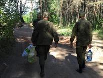 Российские военнослужащие недалеко от строящейся военной базы в городе Клинцы Брянской области. 6 июня 2016 года. Россия строит рядом с Украиной еще одну военную базу, которая продолжает цепь военных объектов вдоль западной границы РФ, ставшей передовой в глазах Кремля в усиливающемся противостоянии с НАТО. REUTERS/Anton Zverev