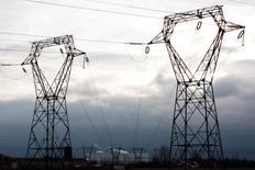La fin des tarifs réglementés pour les plus gros consommateurs français d'électricité a accéléré la hausse des parts de marché des concurrents d'EDF au premier trimestre, selon des données publiées par la Commission de régulation de l'énergie (CRE). Cette part de marché des fournisseurs alternatifs atteint ainsi 15,7% au 31 mars contre 11,7% à fin 2015 pour les clients non résidentiels /Photo d'archives/REUTERS/Vincent Kessler