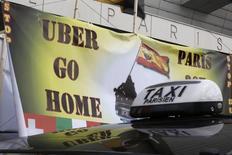 Французские таксисты на акции протеста против Uber в Париже 26 января 2016 года. Суды Франции и Германии в четверг обрушили кары на преследуемого властями и таксистами-конкурентами Uber Technologies за экономичные услуги водителей без лицензии. REUTERS/Charles Platiau