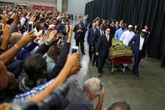 Pessoas fotografam caixão com o corpo de Muhammad Ali durante cerimônia de funeral em Lousiville. 09/06/2016 REUTERS/Carlos Barria