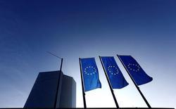 Новая штаб-квартира ЕЦБ во Франкфурте-на-Майне. 21 января 2015 года. Европейский центробанк не будет менять политику в этом году, желая посмотреть, помогли ли принятые им меры - новый раунд скупки корпоративных облигаций и долгосрочные кредиты для банков - подстегнуть инфляцию, показал опрос Рейтер. REUTERS/Kai Pfaffenbach/File Photo