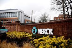 Merck & Co, à suivre vendredi sur les marchés américains. Le groupe pharmaceutique a annoncé l'acquisition d'Afferent Pharmaceuticals, un laboratoire non coté spécialisé dans les traitements de troubles neurogéniques. /Photo d'archives/REUTERS/Jeff Zelevansky