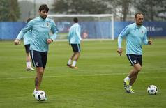 Croatia's Vedran Corluka and Gordon Schildenfeld during training.  REUTERS/John Sibley