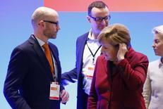 Alemania se está preparando para una mayor volatilidad en los mercados si Reino Unido vota a favor de abandonar la Unión Europea la semana que viene, dijo el martes un alto responsable del Ministerio alemán de Finanzas. En la imagen, el secretario general del partido cristianodemócrata alemán (CDU) Peter Tauber, el miembro del comité Jens Spahn, y la canciller Angela Merkel (I-D) durante una reunión en Karlsruhe, el 13 de diciembre de 2015. REUTERS/Ralph Orlowski
