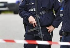 Полиция на месте убийства французского полицейского в Париже. Вооружённый ножом мужчина убил главу отделения французской полиции в понедельник вечером, а затем убил его жену, сообщили чиновники.   REUTERS/Christian Hartmann