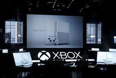 Microsoft , qui a présenté une nouvelle version de sa console de jeux Xbox One lors du salon du jeu vidéo E3 à Los Angeles, à suivre mardi sur les marchés américains. /Photo prise le 13 juin 2016/REUTERS/Lucy Nicholson