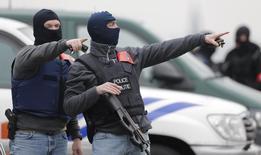 """Бельгийские полицейские в Брюсселе 24 марта 2016 года. Бельгийская полиция получила предупреждение о том, что группа боевиков """"Исламского государства"""", недавно покинувшая Сирию, направляется в Европу и планирует атаки в Бельгии и Франции, принимающей чемпионат Европы по футболу, сообщил источник в силах безопасности в среду. REUTERS/CHRISTIAN HARTMANN"""