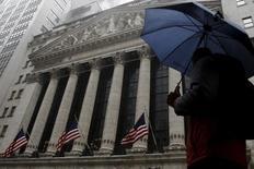 Здание Нью-Йоркской фондовой бижи на Манхэттене. Американские фондовые индексы повышаются в начале торгов среды, впервые за последние пять дней, поскольку снижение шансов на скорый подъем ключевой ставки ФРС США принесло утешение инвесторам, обеспокоенным возможным выходом Великобритании из Евросоюза. REUTERS/Brendan McDermid