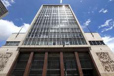 El edificio del Banco Central de Colombia en Bogotá, abr 7, 2015. El Banco Central de Colombia subiría su tasa de interés de referencia en 25 puntos base a un 7,50 por ciento cuando se reúna la próxima semana, ante un repunte de las expectativas inflacionarias, mostró el miércoles un sondeo de Reuters.  REUTERS/Jose Miguel Gomez