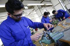 El instituto Ifo de Alemania revisó al alza el jueves sus perspectivas de crecimiento para la economía más grande de Europa en 2016 y 2017, citando un robusto mercado laboral y un mayor gasto público en refugiados. En la imagen, refugiados muestran sus habilidades en procesado del metal en un taller para refugiados organizado por el grupo alemán Siemens en Berlín, Alemania, el 21 de abril de 2016. REUTERS/Fabrizio Bensch