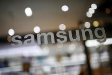 """Samsung Electronics a annoncé jeudi son intention de racheter la société américaine Joyent, le géant électronique sud-coréen voulant par là se renforcer dans les services informatiques dématéralisés (""""cloud computing"""")et """"l'internet des objets"""". Le prix de cette acquisition n'a pas été dévoilé. /Photo prise le 4 avril 2016/REUTERS/Kim Hong-Ji"""