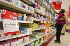 Una persona realizando compras en la sección farmacia de una tienda Target en Brooklyn, EEUU, jun 15, 2015. Los precios al consumidor de Estados Unidos se moderaron en mayo, pero aumentos sostenidos en los costos de vivienda y salud mantuvieron firme a la inflación subyacente, lo que podría permitir a la Reserva Federal subir las tasas de interés este año.  REUTERS/Brendan McDermid