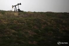 Станок-качалка в Бейкерсфилде, Калифорния 17 января 2015 года. Цены на нефть выросли на азиатских торгах в пятницу впервые за семь дней, поскольку рынки взяли передышку от беспокойств относительно возможного выхода Великобритании из Евросоюза. REUTERS/Lucy Nicholson