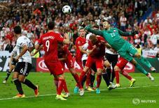 Сборные Германии и Польши в матче чемпионата Европы в Сен-Дени 16 июня 2016 года. Сборные Германии и Польши сыграли вничью 0-0 на чемпионате Европы, оставшись лидерами группы С. REUTERS/Kai PfaffenbachLivepic