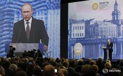 Президент РФ Владимир Путин выступает на Петербургском экономическом форуме 17 июня 2016 года. Российский президент Владимир Путин напомнил, что Евросоюз остается ключевым торговым партнером РФ и предложил продолжать взаимодействие в торговле и технологических проектах REUTERS/Grigory Dukor