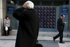 Un hombre mira un tablero electrónico que muestra índices de mercado, en una correduría en Tokio, Japón. 2 de marzo de 2016. Las bolsas de Asia subían el viernes, pero se encaminan a unas pérdidas semanales en momentos en que los inversores favorecen a los activos vistos como refugio por el temor a una posible salida del Reino Unido de la Unión Europea. REUTERS/Thomas Peter/Files