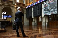 El Ibex-35 registró un firme rebote el viernes de casi un 2 por ciento, en línea con las principales plazas europeas, al remitir el miedo a la salida del Reino Unido de la Unión Europea, recortando las caídas acumuladas en el cómputo de la semana a un 1,51 por ciento.. En la imagen de archivo, un operador mira a una pantalla en la Bolsa de Madrid, España, el 29 de junio de 2015.  REUTERS/Susana Vera/File Photo