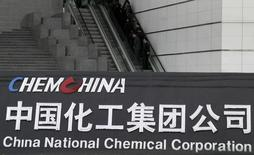 En moins de six mois, l'appétit des groupes chinois pour le rachat d'entreprises à l'étranger a déjà dépassé son record de 2015, notamment dans les secteurs immobilier, chimique et technologique. L'offre de rachat de 43 milliards de dollars (38 milliards d'euros) du géant chinois ChemChina pour le chimiste suisse Syngenta représente près de 40% des 111,6 milliards de dollars de fusions et acquisitions annoncées depuis le début de l'année. /Photo d'archives/REUTERS