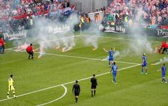Croatas atiram sinalizadores em campo contra República Tcheca na Euro 2016. 17/6/16.  REUTERS/Max RossiLivepic