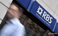 Мужчина проходит мимо здания банка Royal Bank of Scotland (RBS) в Лондоне 27 августа 2014 года. Поддерживаемый государством Royal Bank of Scotland, планирует сократить около 900 рабочих мест в Соединённом Королевстве, доведя долю увольнений в Британии за последние четыре месяца до примерно 5 процентов персонала, сказали Рейтер осведомлённые источники.  REUTERS/Toby Melville/File Photo