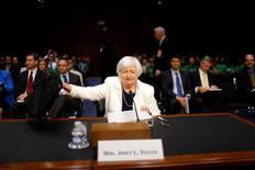 Intervenant devant la commission bancaire du Sénat, Janet Yellen, la présidente de la Réserve fédérale américaine, estime mardi que les risques à l'international (notamment le Brexit) et le ralentissement des créations d'emplois aux Etats-Unis justifient une approche prudente dans le relèvement des taux d'intérêt en attendant la confirmation que la reprise économique américaine reste en bonne voie. /Photo prise le 21 juin 2016/REUTERS/Carlos Barria