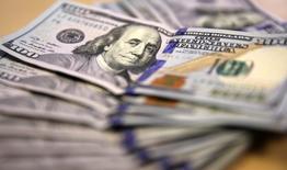 Billetes de 100 dólares estadounidenses, en Johannesburgo. 13 de agosto de 2014. El dólar caía el miércoles contra la mayoría de las monedas, ya que el apetito por el riesgo regresó a los mercados, mientras que la libra esterlina y el euro se apreciaban un día antes del crucial referendo en el que Reino Unido decidirá su pertenencia a la Unión Europea. REUTERS/Siphiwe Sibeko