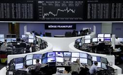Las bolsas europeas cotizaban con ligeras ganancias, respaldadas por la subida de las empresas mineras gracias al repunte de los precios del cobre, mientras que la atención de los mercados se centraba en el referéndum en Reino Unido, cuyos ciudadanos decidirán hoy sobre la permanencia o no del país en la Unión Europea. En la imagen, operadores trabajan en sus mesas delante del índice de precios alemán DAX, en la Bolsa de Fráncfort, Alemania, el 21 de junio de 2016.     REUTERS/Staff/Remote