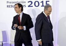 La compañía de construcción e infraestructuras OHL dijo el jueves que su consejo aceptó la dimisión de su presidente, Juan Miguel Villar-Mir, y que su hijo Juan Villar-Mir lo sustituirá al frente de la empresa, en una reorganización en la que también reemplaza a su consejero delegado. En la imagen de archivo, Villar Mir (D) y su hijo Juan en la sede del grupo en Madrid. REUTERS/Andrea Comas
