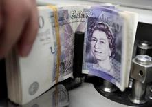 Купюры валюты фунт в Kasikornbank  в Бангкоке 12 октября 2010 года. Фунт стерлингов переживает самую волатильную сессию в современной истории и достиг минимума с 1985 года, поскольку британцы проголосовали за выход из ЕС, спровоцировав бегство в безопасные валюты, такие как иена и доллар. REUTERS/Sukree Sukplang/File Photo