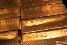 Слитки золота на заводе United States West Point Mint в Вест-Пойнт, Нью-Йорк 5 июня 2013 года. Индикативная цена на золото подскочила на 8 процентов до максимума более чем за два года в пятницу после того, как Британия потрясла рынки, проголосовав за выход из ЕС и заставив инвесторов искать защиты в драгоценном металле. REUTERS/Shannon Stapleton/File Photo