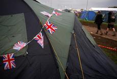 Bandeiras do Reino Unido sobre barraca da camping no Festival de Glastonbury, na Inglaterra. 24/06/2016 REUTERS/Stoyan Nenov