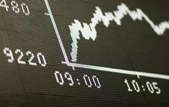 Табло индекса DAX на фондовой бирже во Франкфурте-на-Майне. Европейские фондовые индексы снижаются в понедельник из-за неуверенности, вызванной неожиданным решением Великобритании выйти из состава Евросоюза, в то время как фондовый рынок Мадрида вырос после результатов голосования в Испании. REUTERS/Ralph Orlowski