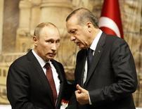Президент России Владимир Путин (слева) и турецкий лидер Тайип Эрдоган на встрече в Стамбуле 3 декабря 2012 года. Кремль в понедельник сообщил, что получил от Эрдогана послание с извинениями по поводу сбитого в прошлом году российского военного самолета. Инцидент породил острый конфликт Москвы со страной-членом НАТО. REUTERS/Osman Orsal