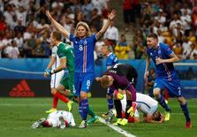 Jogadores da Islândia comemoram vitória sobre a Inglaterra.  27/6/16.  REUTERS/Kai Pfaffenbach