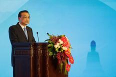 El primer ministro chino Li Keqiang, da un discurso en Pekín, China. 19 de mayo de 2016. La decisión de Reino Unido de abandonar la Unión Europea ha generado inquietud en los mercados globales, pero es importante trabajar juntos para fortalecer la confianza, prevenir el pánico y mantener la estabilidad en los mercados de capitales, dijo el martes el primer ministro chino, Li Keqiang. REUTERS/Jason Lee