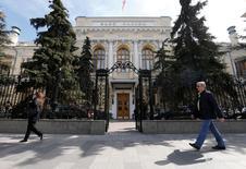 Люди проходят мимо здания ЦБР в Москве 29 апреля 2016 года. Российский Центробанк отозвал лицензии у банков Приско капитал и Интеркредит, говорится в сообщениях на сайте регулятора. REUTERS/Maxim Zmeyev