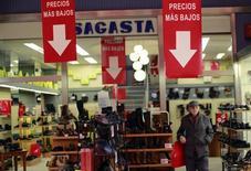 Los precios en España mantuvieron una tendencia negativa en junio en un contexto de precios más bajos de la energía, aunque la caída se moderó respecto al mes anterior. En la imagen, un hombre camina delante de una tienda en Sevilla, España, el 12 de diciembre de 2014. REUTERS/Marcelo del Pozo