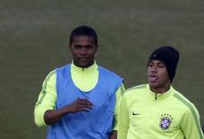 Jogadores da seleção brasileira Neymar e Douglas Costa durante treino. 16/06/2015 REUTERS/Ueslei Marcelino